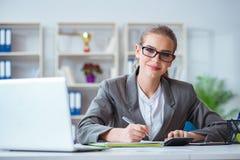Молодой бухгалтер коммерсантки работая в офисе Стоковые Изображения RF