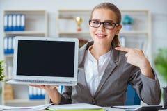 Молодой бухгалтер коммерсантки работая в офисе Стоковые Фото