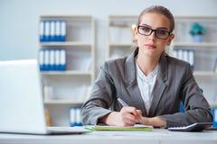 Молодой бухгалтер коммерсантки работая в офисе Стоковое Изображение RF