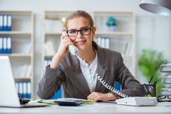 Молодой бухгалтер коммерсантки работая в офисе Стоковые Изображения