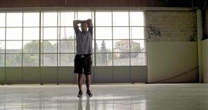 Молодой взрослый человек нагревая протягивать во время разминки спорта фитнеса Вид спереди Тренировка Grunge промышленная городск сток-видео