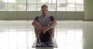 Молодой взрослый человек отдыхая в брать портрет перерыва во время разминки спорта фитнеса Тренировка Grunge промышленная городск видеоматериал