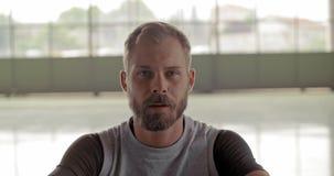 Молодой взрослый человек отдыхая в брать портрет перерыва во время разминки спорта фитнеса Тренировка Grunge промышленная городск сток-видео