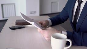 Молодой вождь рассматривает контракт на таблице в ведущей компании сток-видео