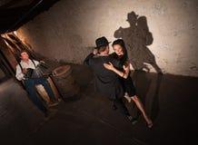 Молодой выполнять танцоров танго Стоковые Изображения RF