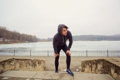 Молодой гомосексуалист в sportswear в парке для jog Стоковые Фотографии RF