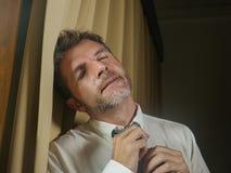 Молодой грустный и подавленный бизнесмен отпуская депрессию расстроенную чувством страдая и коммерческую задачу галстука полагаяс стоковое изображение