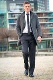 Молодой гулять бизнесмена Стоковые Изображения RF