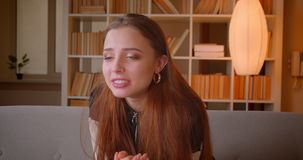 Молодой девочка-подросток в стеклах 3d смотрит спичку по телевизору быть потревожен и поддерживающий дома акции видеоматериалы