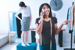 Молодой дизайнер вызывая к ее деловым партнерам стоковое изображение rf