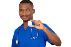 Молодой доктор держа коробку медицины стоковые фотографии rf