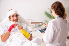 Молодой доктор рассматривая раненого пациента стоковые изображения rf