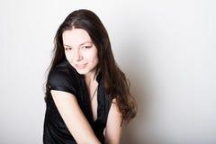 Молодой дружелюбный усмехаться брюнета Портрет молодой уверенной женщины, стоковое изображение rf