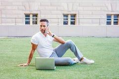 Молодой европейский изучать человека, работая в Нью-Йорке стоковая фотография rf