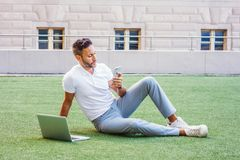 Молодой европейский изучать человека, работая в Нью-Йорке стоковые фото