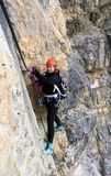 Молодой женский альпинист на a через Ferrata в доломитах стоковое изображение