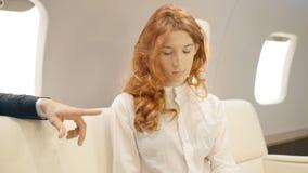 Молодой женский ассистент получая инструкции от ее мужского босса в роскошном двигателе сток-видео