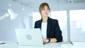 Молодой женский ждать на работе, наблюдая времени на smartwatch сток-видео