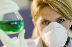 Молодой женский исследователь работая с beaker Стоковая Фотография RF