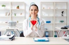 Молодой женский кардиолог доктора работая в клинике стоковое изображение rf
