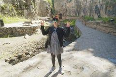 Молодой женский показывая знак победы в парке стоковое изображение rf
