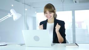 Молодой женский празднуя успех, ободрение на высоком уровне сток-видео