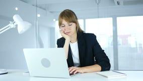 Молодой женский спать на работе с болью шеи, рабочей нагрузкой акции видеоматериалы