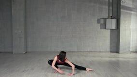 Молодой женский танцор протягивая в студии сток-видео