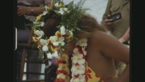 Молодой женский танцор Tahitian с головным убором цветка акции видеоматериалы