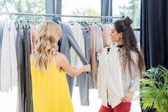 2 молодой женщины выбирая одежды Стоковое Фото