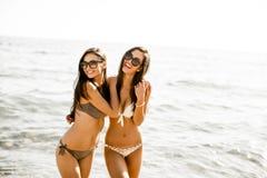 2 молодой женщины в бикини на пляже Стоковые Фото