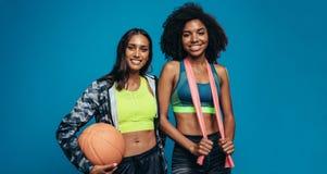 2 молодой женщины в sportswear стоковые фото