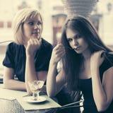 2 молодой женщины есть мороженое на кафе тротуара стоковое изображение rf
