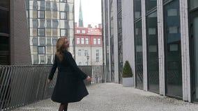Молодой женщины закрутка весело на улице видеоматериал