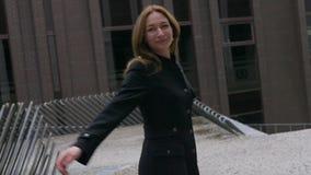 Молодой женщины закрутка весело на улице акции видеоматериалы