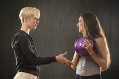2 молодой женщины играя с фиолетовым шариком в студии Стоковые Изображения RF