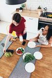 2 молодой женщины имея завтрак дома Взгляд сверху Стоковые Изображения RF