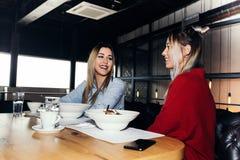 2 молодой женщины имея обед Стоковое Изображение RF