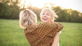 2 молодой женщины имея потеху outdoors Стоковое Фото