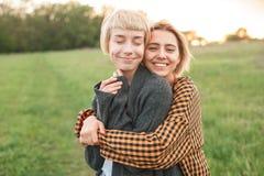 2 молодой женщины имея потеху outdoors Стоковые Фотографии RF