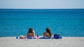 2 молодой женщины на песке на пляже в Флориде Стоковые Изображения