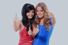 2 молодой женщины показывая большие пальцы руки вверх Стоковое Изображение