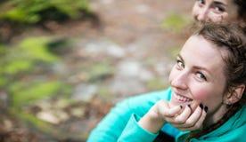 2 молодой женщины смотря камеру и усмехаться Стоковые Фото