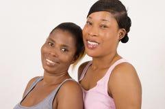2 молодой женщины усмехаясь при красивая кожа изолированная на светлой предпосылке Стоковые Фотографии RF