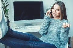 Молодой женщины фрилансера телефонный звонок непринужденного стиля концепции домашнего офиса внутри помещения Стоковая Фотография