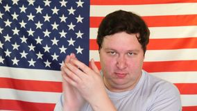 Молодой жирный человек хлопая на предпосылке флага США видеоматериал