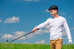 Молодой игрок в гольф в крышке и гольф-клубе Стоковое Изображение