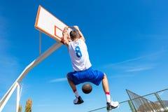 Молодой игрок улицы баскетбола делая верный успех Стоковое Изображение