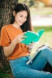 Молодой или предназначенный для подростков азиатский студент девушки в университете Стоковое фото RF