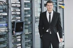 Молодой инженер в комнате сервера datacenter стоковые изображения rf